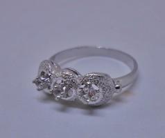 Gyönyörűséges fehér köves ezüstgyűrű