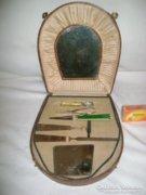 Régi szépségápolási dobozka tartalmával