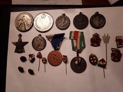 Jelvények érmék együtt