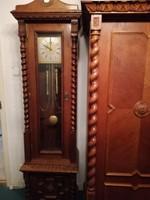 Álló óra koloniál szekrényben állóóra