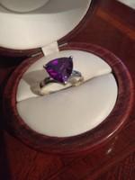 Ezüst foglalatban lila köves gyűrű ag 925