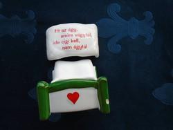Vicces felirattal ágy formájú porcelán-hamutartó