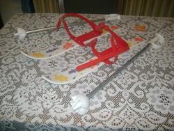 Retro gyermek sífelszerelés - sílécek síbotokkal
