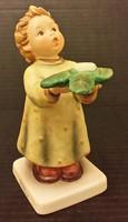 Hummel kislány fenyőággal, 13 cm