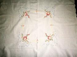 Rózsás tűfestéses hímzéssel terítő 86 cm X 82  cm
