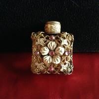 Régi réz hálóval díszített parfümös üveg