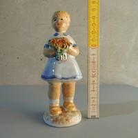 Kislány virágcsokorral mázas kerámia figura