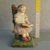 Kislány kottával a kútnál mázas kerámia figura