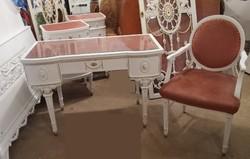 Antik asztal és szék.