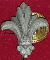 Kiscserkész kabáthajtűs jelvény,  koronás szürke fém , mérete magasága:28mm,szélesége:22mm