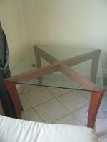 Jelzett eredeti NATUZZI dohányzó asztal, megkarcolhatatlan kristályüveg tetővel.