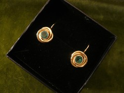 Arany briós fülbevaló smaragddal