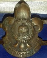 Cserkész kalapboglàr árvalányhajtartó gyürüvel bronz kivitelben mérete magassága:46mm,szélesége:36mm