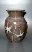Angol vintage grafitszürke váza fehér virágokkal karcolt dekorral