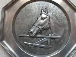 Ón falitál szép lófej dekorral, jelzett, 23 cm átmérő