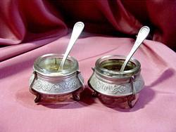 Két csodás, ezüstözött, antik, üvegbetétes, asztali fűszertartó párban. Szép trébelt mintával