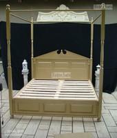 Classic bútor, Baldachinos aranyozott ágy.