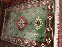 Nagyon szép keleti velur szőnyeg hófehér rojtokkal. Ágyra, falra, padlóra.