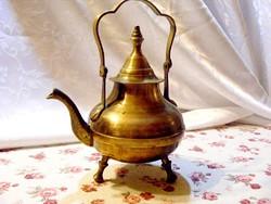 Különleges fazonú, antik, réz teáskanna, három lábú, szépséges kivitelben, lehajtható füllel