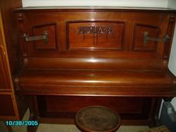 Koch & Korselt pianino faragott, gyertyatartóval, angol mechanikás