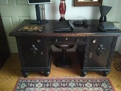 Fekete, térbe helyezhető, (hátoldala is faragott) nagyon ritka stilusú iróasztal