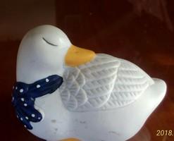 Kedves kerámia kacsa figura, pöttyös kendővel, 9 cm hosszú, 6 cm magas