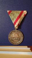 Magyar háborús emlékérem kardokkal és sisakkal