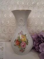 KPM hófehér dombornyomott váza rózsacsokorral