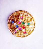 Gyönyörű színes kövekkel ékített tűzaranyozott bross
