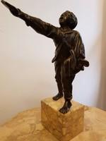 Bronz rikkancs, újságárus szobor márvány talapzaton
