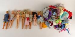 0H539 Retro Barbie baba csomag ruhákkal 8 darab