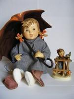 Hummel porcelán baba Esernyős lány ülve 20cm magas