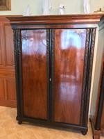 Antik kézzel faragott 2 ajtós szekrény