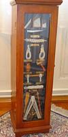Vitrin ajtós, polcos tároló szekrény /hajózás kellékeivel díszítve/