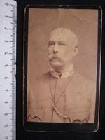 FOTÓ FOTÓGRÁFIA FÉNYKÉP MŰTERMI JELZETT KEMÉNYHÁTÚ TÁBORNOK ELŐKELŐ FÉRFI KÉPMÁS BUDAPEST cca 1890