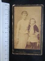 FOTÓ FOTÓGRÁFIA FÉNYKÉP MŰTERMI JELZETT KEMÉNYHÁTÚ KISLÁNY LÁNYOK KÉPMÁS BUDAPEST cca 1890