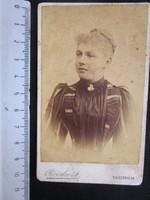 FOTÓ FOTÓGRÁFIA FÉNYKÉP MŰTERMI JELZETT KEMÉNYHÁTÚ ELŐKELŐ DIVAT HÖLGY KÉPMÁS VESZPRÉM cca 1890