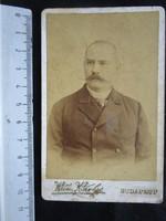 FOTÓ FOTÓGRÁFIA FÉNYKÉP MŰTERMI JELZETT KEMÉNYHÁTÚ ÚR FÉRFI KÉPMÁS BUDAPEST cca 1890