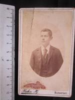 FOTÓ FOTÓGRÁFIA FÉNYKÉP MŰTERMI JELZETT KEMÉNYHÁTÚ IFJÚ FIÚ LEGÉNY KÉPMÁS BUDAPEST cca 1890