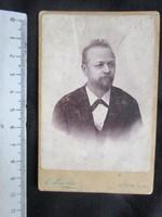 FOTÓ FOTÓGRÁFIA FÉNYKÉP MŰTERMI JELZETT KEMÉNYHÁTÚ férfi úr KÉPMÁS AUSZTRIA cca 1890