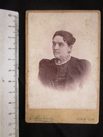 FOTÓ FOTÓGRÁFIA FÉNYKÉP MŰTERMI JELZETT KEMÉNYHÁTÚ HÖLGY NŐ KÉPMÁS AUSZTRIA cca 1890