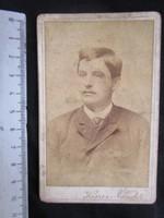 FOTÓ FOTÓGRÁFIA FÉNYKÉP MŰTERMI JELZETT KEMÉNYHÁTÚ IFJÚ LEGÉNY FIÚ KÉPMÁS BUDAPEST cca 1890