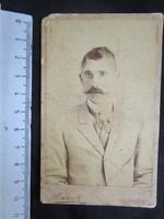FOTÓ FOTÓGRÁFIA FÉNYKÉP MŰTERMI JELZETT KEMÉNYHÁTÚ ELŐKELŐ ÚR FÉRFI KÉPMÁS VESZPRÉM cca 1890