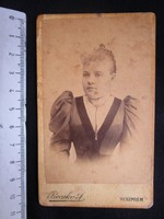 FOTÓ FOTÓGRÁFIA FÉNYKÉP MŰTERMI JELZETT KEMÉNYHÁTÚ ELŐKELŐ DIVAT HÖLGY NŐ KÉPMÁS VESZPRÉM cca 1890
