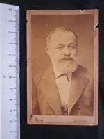 FOTÓ FOTÓGRÁFIA FÉNYKÉP MŰTERMI JELZETT KEMÉNYHÁTÚ ELŐKELŐ ÚR FÉRFI KÉPMÁS BUDAPEST cca 1890