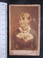 FOTÓ FOTÓGRÁFIA FÉNYKÉP SZINEZETT MŰTERMI JELZETT KEMÉNYHÁTÚ ELŐKELŐ HÖLGY NŐ KÉPMÁS BUDAPEST 1890