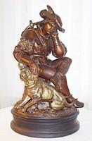 Antik, vadászt és kutyáját ábrázoló polikrom fajansz szobor