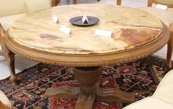 Műmárvány asztal