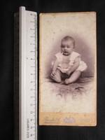 FOTÓ FOTÓGRÁFIA FÉNYKÉP MŰTERMI JELZETT KEMÉNYHÁTÚ KISLÁNY LÁNY GYERMEK KÉPMÁS VESZPRÉM 1890