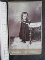 FOTÓ FOTÓGRÁFIA FÉNYKÉP MŰTERMI JELZETT KEMÉNYHÁTÚ GYERMEK KISLÁNY LÁNY KÉPMÁS cca. 1890